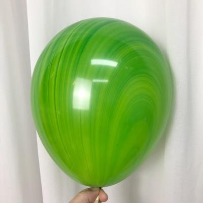 Латексный шарик побольше мраморный зеленый.