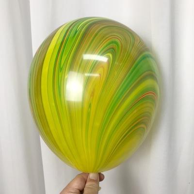 Латексный шарик побольше мраморный разноцветный.
