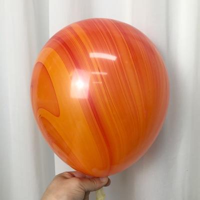 Латексный шарик побольше мраморный оранжевый.