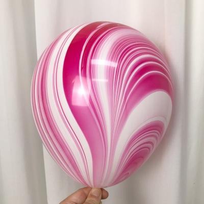 Латексный шарик побольше мраморный малиново-белый.