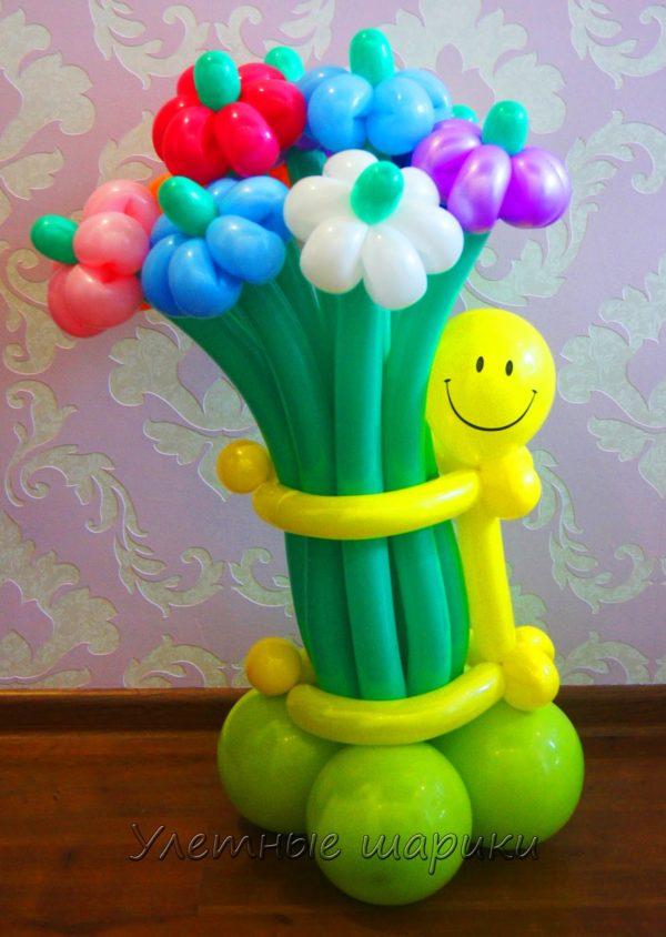Фигура из воздушных шариков человечек с букетом. Высота до 1 м.