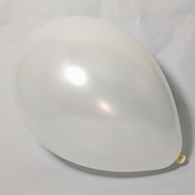 Латексный шарик побольше металик белый.