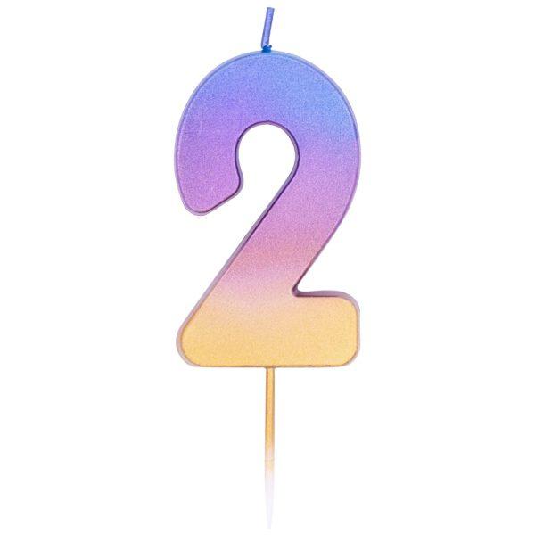 Свеча с градиентом от голубого к золотистому цвету в форме цифры два. Высота - 6,7 см. Изделие на тонкой пике не нарушает целостность глазури торта. Производитель - Qualatex (США). Красиво дополнит главное угощение праздника.