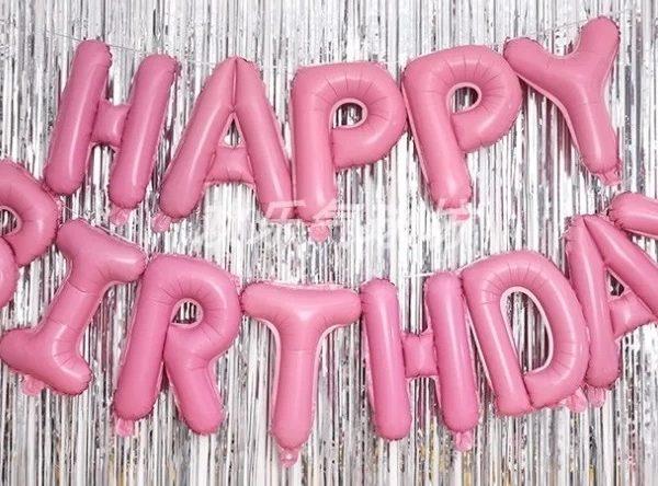 """Комплект фольгированных букв розового цвета, составляющих надпись """"Happy Birthday"""""""